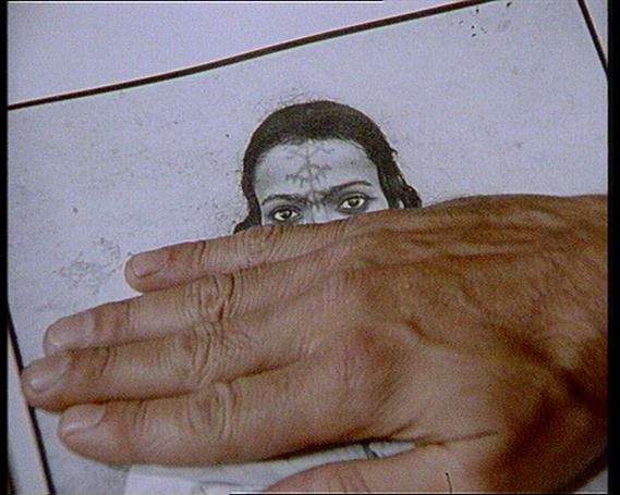 Harun Farocki. &quot;Bilder der Welt und Inschrift des Krieges&quot; (Imgenes del mundo y epitafios de la guerra), 75 min. Harun Farocki