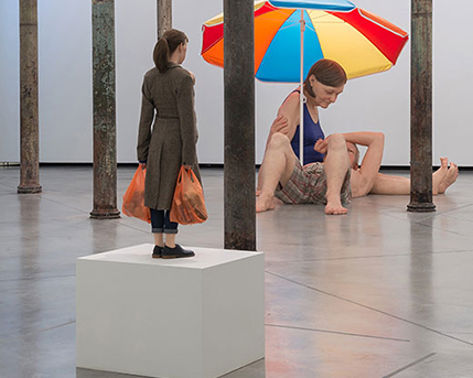 Sala 2. Woman with Shopping / Mujer con compras, 2013 y Couple under an Umbrella / Pareja debajo de una sombrilla, 2013