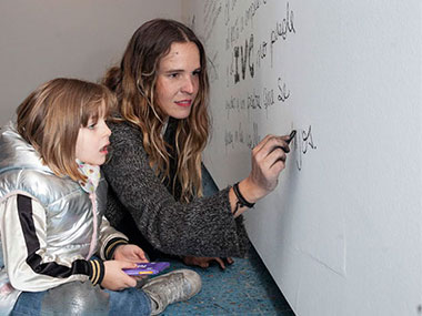 Sofia Wilhelmi y su hija realizando su performance