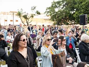 Público presenciando la performance homenaje a Majo Okner