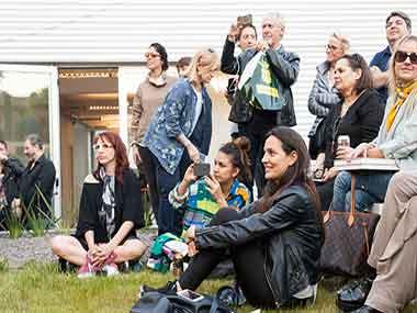 El público en el jardín de PROA21