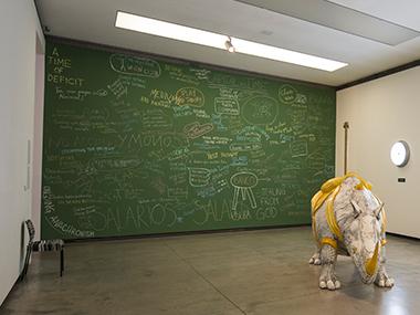 Sala 1- No obstante incrongruente, 2011 / Aquí, en otro lugar (Rueda de escape), 2009-2014 / Economía de pizarra, 2012