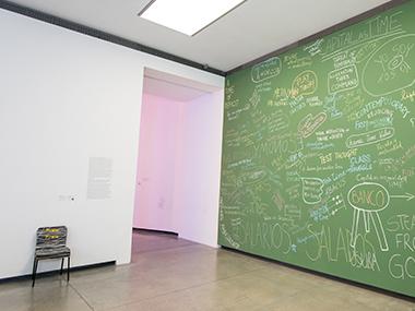 Sala 1-Economía de pizarra, 2012 / Sillas, 2014