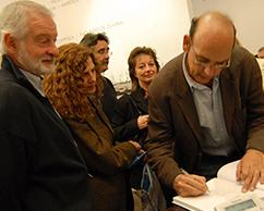Facundo de Zuviría autografiando un ejemplar