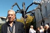Vargas Llosa visisted Louise Bourgeois' exhibition at Proa